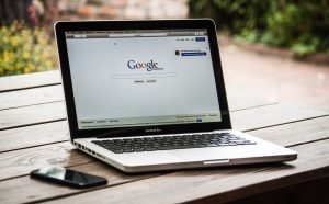 Ein Macbook abgebildet mit der Google Startseite als Symbolik für Suchmaschninenoptimierung (SEO) und Suchmaschinenwerbung (SEA)